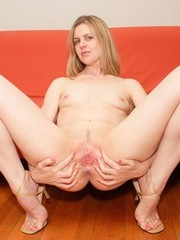 Stretchy amateur wife puts her pussy in..